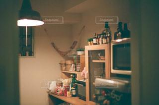 シンク、冷蔵庫付きのキッチンの写真・画像素材[1006738]