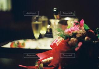 近くのテーブルの上に食べ物をの写真・画像素材[1017117]