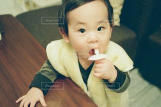テーブルの上に座って男の子の写真・画像素材[1158262]