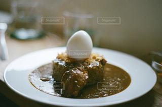 テーブルの上に食べ物のプレートの写真・画像素材[1235301]