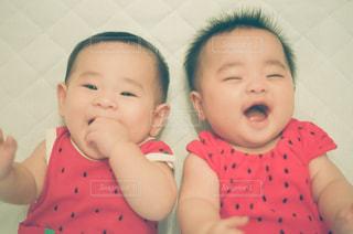 赤ん坊を持っている人の写真・画像素材[1375150]