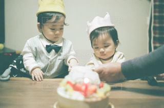 ケーキを切る少年の写真・画像素材[1669212]