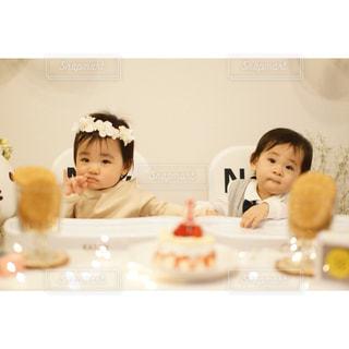 テーブルに座っている小さな子供の写真・画像素材[1669665]