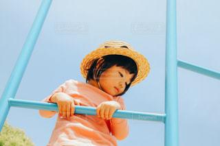 麦わら帽子をかぶった小さな女の子の写真・画像素材[3241776]