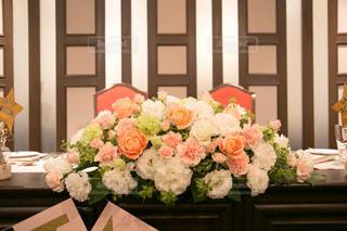 テーブルの上の花の花瓶の写真・画像素材[810950]