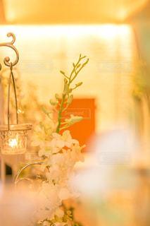 テーブルの上の花の花瓶の写真・画像素材[820631]