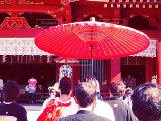 観衆の前で立っている人のグループの写真・画像素材[824323]