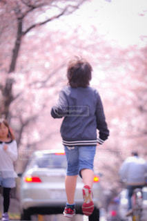 通りを歩く女性の写真・画像素材[907466]