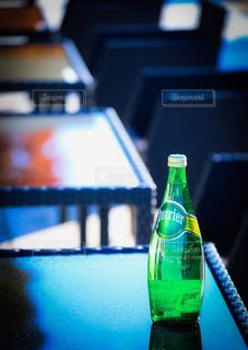 テーブルの上の水のボトルの写真・画像素材[912432]
