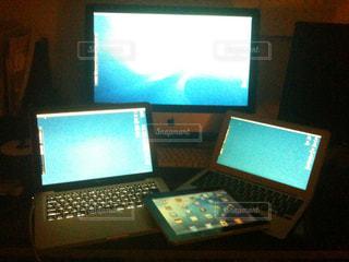 モニターとテーブルの上に座ってノート パソコン デスクの写真・画像素材[921998]