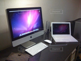 デスクトップ コンピューターのモニターを机の上に座っての写真・画像素材[922082]
