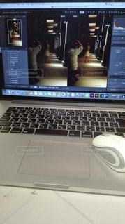 机の上に座ってオープン ラップトップ コンピューターの写真・画像素材[922085]
