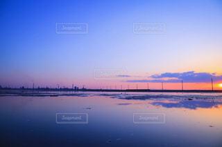 水の体に沈む夕日の写真・画像素材[1118050]