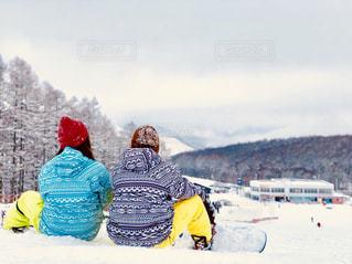 雪の山でスキーに乗っている人のグループの写真・画像素材[994969]