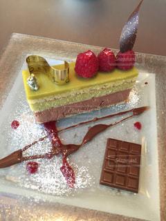 テーブルの上のケーキの一部の写真・画像素材[807608]