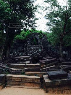 アンコールの崩れた遺跡の写真・画像素材[812064]