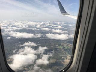 飛行機の窓からの景色の写真・画像素材[810578]