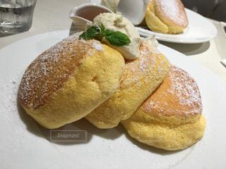 皿の上のパンの部分の写真・画像素材[809271]