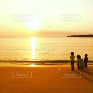 海,空,夕日,親子,夕焼け,沖縄,子供,男の子,兄弟,父,子,離島