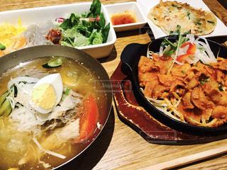 テーブルの上に食べ物のボウルの写真・画像素材[810059]