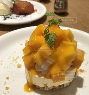 テーブルの上に食べ物のプレートの写真・画像素材[825758]