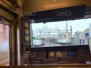 雨の中走っている電車の中 - No.823280