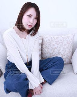 ソファーに座っている女性の写真・画像素材[1027677]