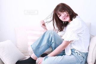 ベッドの上に座っている人の写真・画像素材[1054112]