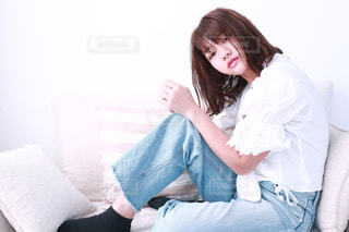 ベッドの上に座っている女性の写真・画像素材[1054114]