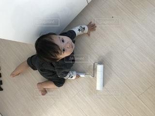 床に横になっている男の写真・画像素材[817713]