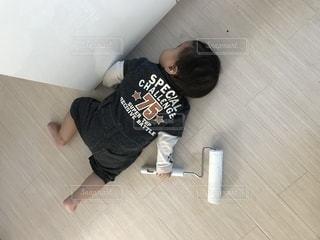 床に座っている人の写真・画像素材[817723]
