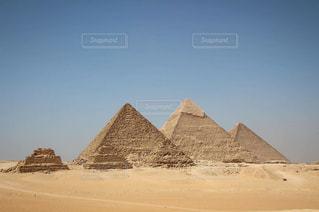 砂漠の中のピラミッドの写真・画像素材[820995]