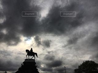 曇りの日に空気を通って飛んで人の写真・画像素材[850119]