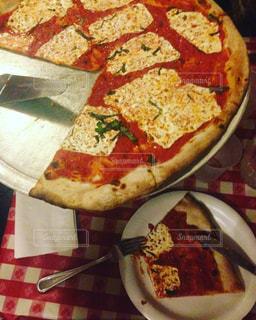 テーブルの上のピザのスライス - No.813040