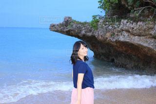 岩のビーチに立っている女性の写真・画像素材[856092]