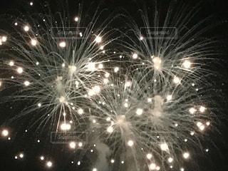 夜空と花火の写真・画像素材[3611243]