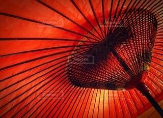 大きな赤い傘を下から見上げた時の写真・画像素材[3671398]