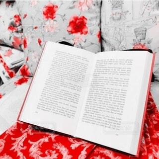 ドイツ語の本と布の写真・画像素材[3690619]