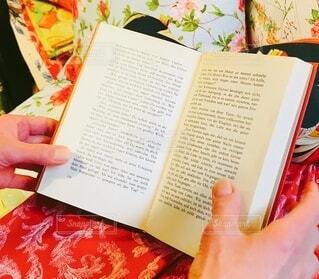 ヨーロッパの旅先で見つけたドイツ語の本と布の写真・画像素材[3691912]