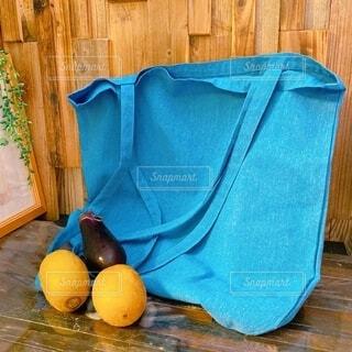 ナチュラルな布製エコバッグと野菜果物(茄子、キウイ)の写真・画像素材[3695388]