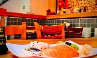 スウェーデン ストックホルムでふらっと立ち寄った寿司屋のサーモンの写真・画像素材[3709708]