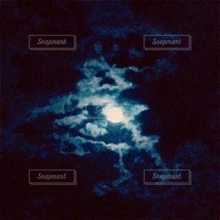 水彩画のような靄のかかった満月の写真・画像素材[3718468]