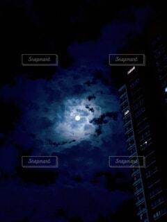 高層ビルと満月の写真・画像素材[3718481]