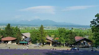 背景の山の家の写真・画像素材[814787]