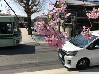 道の端に駐車していた車の写真・画像素材[1122509]