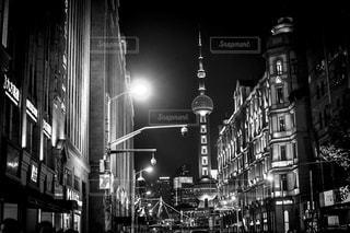 忙しい街の通りの黒と白の写真上海タワー。の写真・画像素材[851463]
