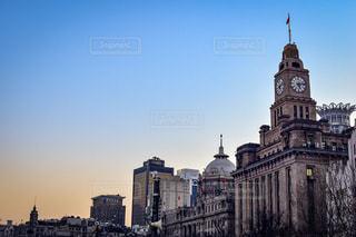 街にそびえる大きな時計塔。の写真・画像素材[1031636]
