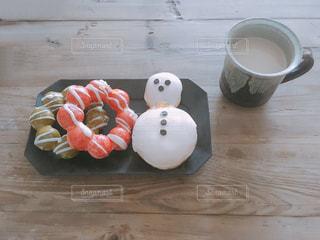 木製のテーブルの上に食べ物の写真・画像素材[890654]