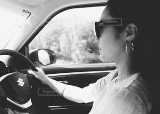 車の中の男の写真・画像素材[851916]