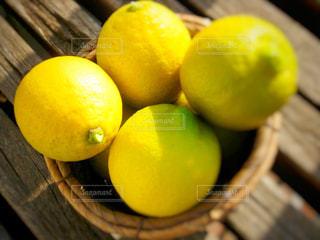 テーブルの上のオレンジのボウルの写真・画像素材[909047]